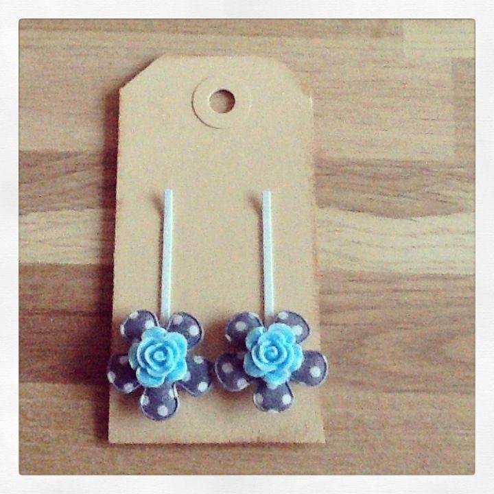 Witte schuifspeldjes met grijze bloem & licht blauw roosje