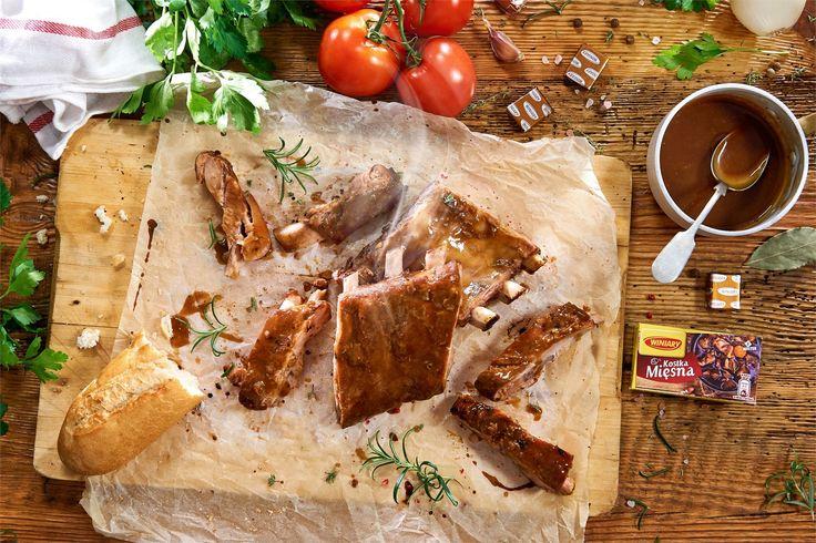 Masz ochotę na aromatyczny obiad z lekko słodką nutą? Co powiesz na pełne słodyczy żeberka BBQ podawane z chrupiącym pieczywem? Brzmi pysznie!
