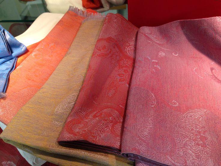 Les étoles  Étoles façonnées : 53% viscose, 29% polyester, 18% soie, 45 cm x 2m.  Étoles lin et soie :  39% de soie et 61% de lin, 75 cm x 2m.
