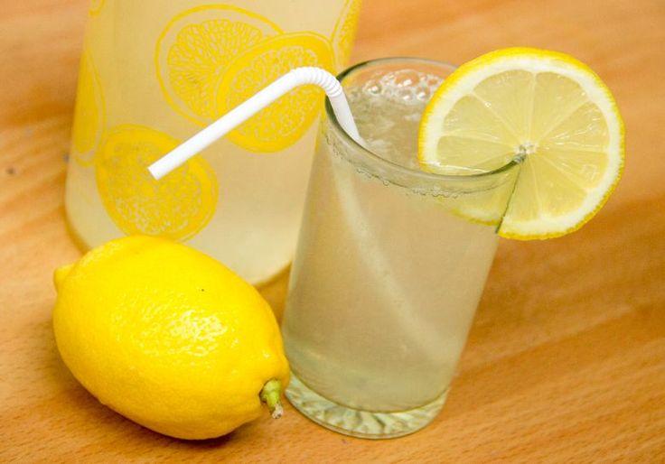 Citroenlimonade is een superdorstlesser, heerlijk om te drinken en makkelijk om te maken!