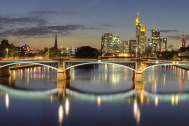 Incentive FrankFurt,  Meetings & Kongresse  Incentive Frankfurt: Ein Großstadt im Herzen Europas! Frankfurt ist die kulturell und wirtschaftlich pulsierende Region im Herzen Europas. Die einzigartige Skyline, die Börse, einige der größten Messen der Welt und natürlich der Flughafen – daran denken wohl die meisten zuerst, wenn Sie von Incentives in Frankfurt hören.
