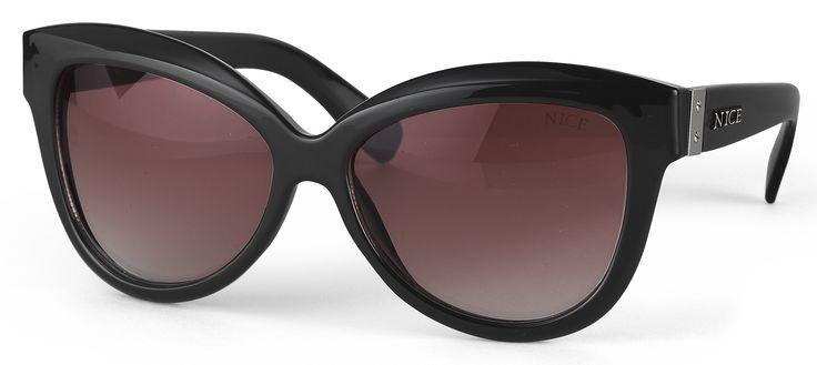 Gafas de sol unisex modelo clásico con montura color negra con detalle  plateado en las patillas y cristales ahumados en color marrón bb52368dff03