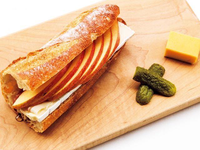"""《 渋谷 代々木公園 代々木八幡 》 """"奥渋谷""""はサンドウィッチの聖地だった!今すぐかぶりつきたい美味サンド5選 ブリーチーズ、リンゴ、蜂蜜のハーモニー ¥880  こだわりのバゲットに生リンゴの意外性『CAMELBACK sandwich&espresso』  神山町/カフェスタンド  いわゆるサンドウィッチとは一線を画す、生リンゴとブリーチーズにアカシアの蜂蜜というマッチングが絶妙な大人の甘いサンドイッチ。   付け合わせにある卵焼きは、元鮨職人の店主が時間をかけて焼き上げている絶品。"""