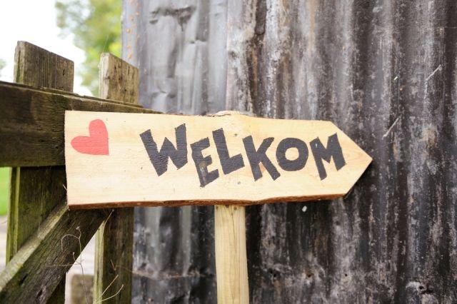 #bordjes #welkom #bruiloft Trouwen aan het water in Soest | ThePerfectWedding.nl | Fotocredit: Rinke Heederik Fotografie