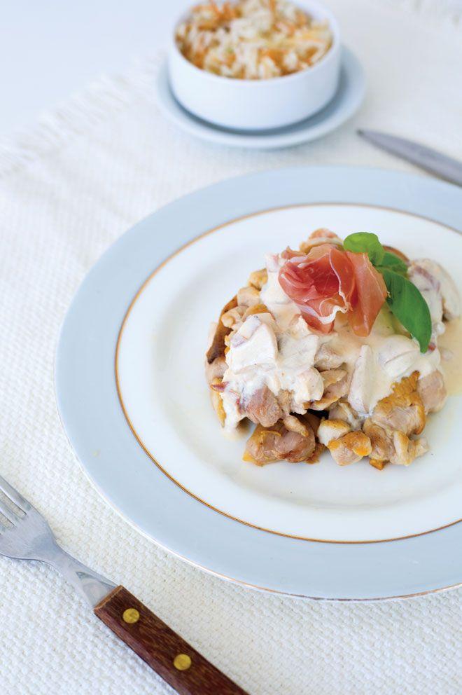 Chicken ALFREDDO ΥΛΙΚΑ 6 µπούτια κοτόπουλου χωρίς κόκαλο, 2 κουταλιές ελαιόλαδο, 1 κρεµµύδι ψιλοκοµµένο, ½ φλ. καπνιστό µπέικον κοµµένο σε κύβους, ½ φλ. µανιτάρια κοµµένα σε φέτες, ½ φλ. λευκό κρασί, 1 ... Read More