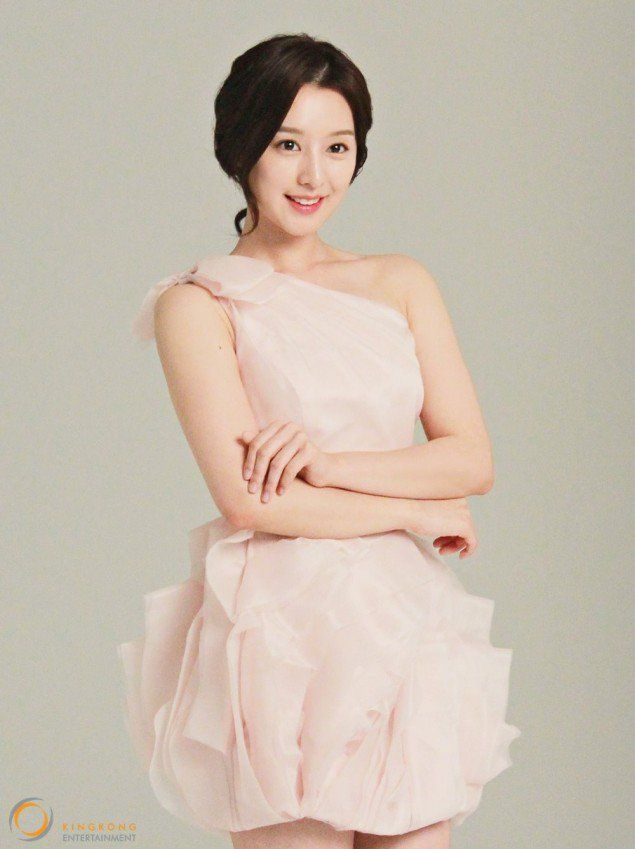 Kim Ji Won Shows Off Her Dainty Spring Look | Koogle TV