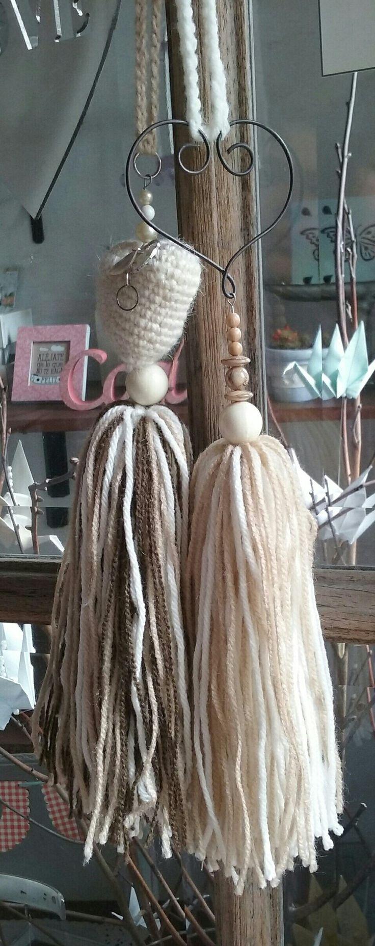 Borlas de lana con corazon en crochet y corazon de alambre. Como sujeta cortinas o puerteros