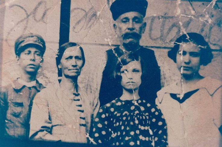 The Mavridoglou family, who owned the bakery on Plati sokaki, Moschonisi 1914.