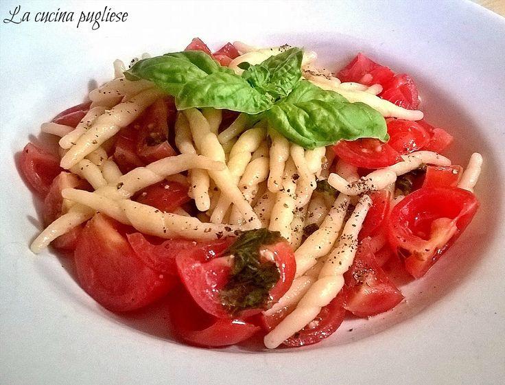 Avete in casa degli ottimi pomodorini? Ecco la ricetta salva pranzo degli Strozzapreti ai pomodori aromatici, velocissimi e irresistibili! Per la ricetta: ➥ http://lacucinapugliese.altervista.org/recipe/strozzapreti-ai-pomodori-aromatici/