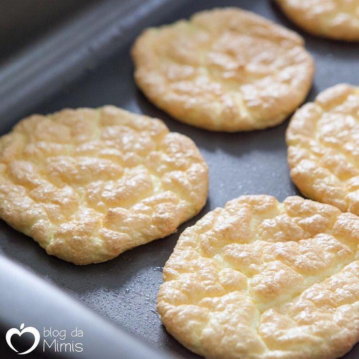 Pão Nuvem - sem carboidrato, sem glúten! Ingredientes 3 ovos 2 colheres (sopa) queijo cottage ou cream cheese 0,5 colheres (café) bicarbonato de sódio Modo de preparo Bata as claras junto com o bicarbonato até ficar em ponto de neve bem firme. Retire a pele das gemas e misture-as em uma tigela com o cottage até ficar um creme liso. Incorpore a mistura de gemas às claras, mexendo delicadamente...
