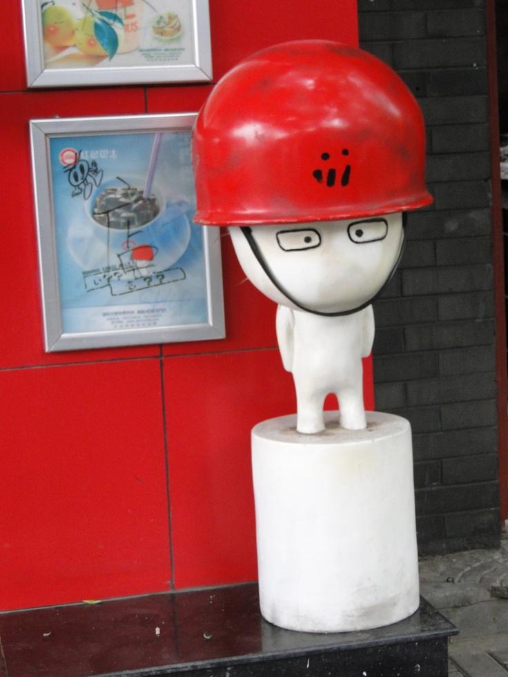 Personnage publicitaire à l'entrée d'une galerie d'expo - Beijing - Chine