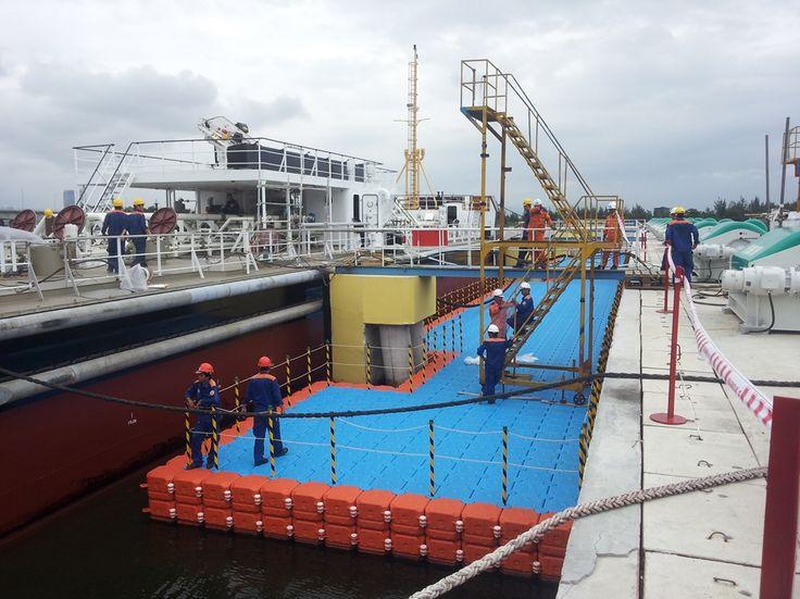 베트남 현지에 설치된 넥스트 플로트의 수상부교 및 계류장시설입니다. This is NEXT FLOAT's floating dock which installed at Vietnam for floating workplace of construction company.