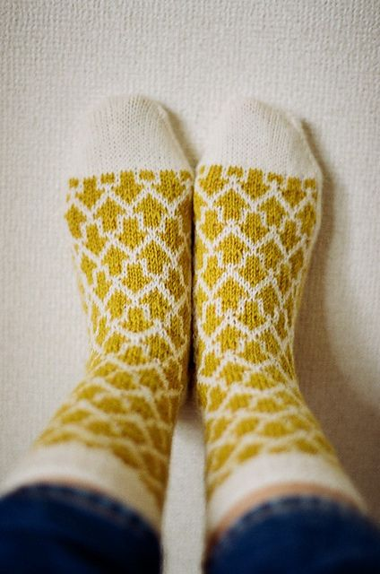 Ravelry: 矢印靴下 Arrow knit socks pattern by Makiho Negishi - neulotut villasukat nuolikuvio nuolet