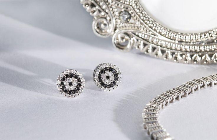 Náušničky složené z mozaiky černých a průzračných diamantů.    #darek# darecek  #radost #klenotnictvipraha #zlatnictvipraha  #sperky #prsten #zasnubni #snubni #wedding #engagement #diamant #diamantes #diamond #bluediamond #luxus #luxury #willyoumarryme #bridetobe #darecek #proradost #knarozeninam #fashion #kvyroci #zlato #gold #whitegold #bilezlato #svatba #zasnuby #rings #moda #klenotacz #proradost #ozdoby #prejisi
