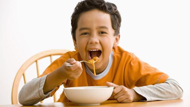 El niño que come mucho, no es el más sano ¿lo sabías?