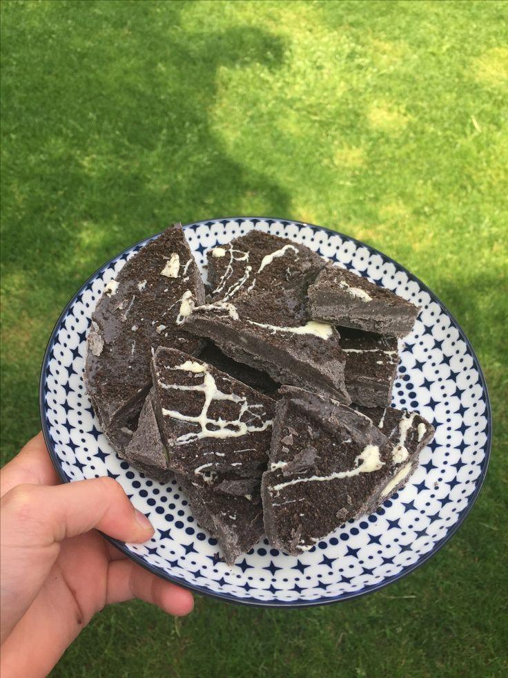Oreo koekjes  Wat heb je nodig:  -3 repen witte chocolade  -2 rollen normale Oreo koekjes  -silicone vorm  Wat moet je doen:  -doe de 2 rollen oreo in een mixer en verkruimel het.  -smelt de 3 repen chocolade in een pannetje boven heet water.  -doe de verkruimelde Oreo in de vorm en doe de chocolade er bij en mix het door elkaar. -snij het dan in stukjes  extra:  -als je nog wat chocolade over hebt doe het er over heen. begrijp je het niet stuur een bericht via pinterest.  Gr…