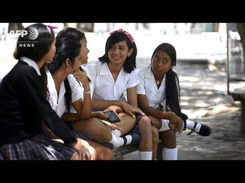 トランスジェンダーの男子生徒に女子用制服の着用を許可、コロンビア Transgender student in Colombia allowed to wear girl's uniform - YouTube