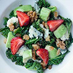 Sałatka z jarmużu, awokado i truskawek - Kwestia Smaku