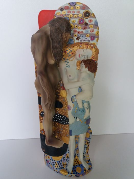 """Gustav Klimt - """" De drie levensfasen van de Vrouw """"  De 3 Levensfasen van de vrouw geïnspireerd op het schilderij van Gustav Klimt uit 1905.In zeer goede staat.Vervaardigd van polystone.Prachtig met de handbhandbeschilderd door vakmanschap door de firma Parastone met echtheidscertificaat.Centraal staat de vrouw prachtig gestileerd als een wereldse Madonna gevangen in de onvermijdelijke kringloop van het leven maar zonder zich er daarvdaarvan bewust te zijn.Gustav Klimt (1862-1918)Als…"""