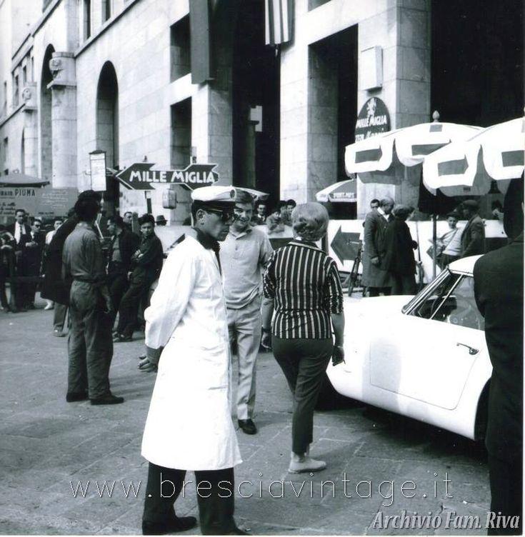 Mille Miglia - Piazza Vittoria Anno? Immagine archivio Famiglia Riva http://www.bresciavintage.it/brescia-antica/arti-e-mestieri/mille-miglia-piazza-vittoria/