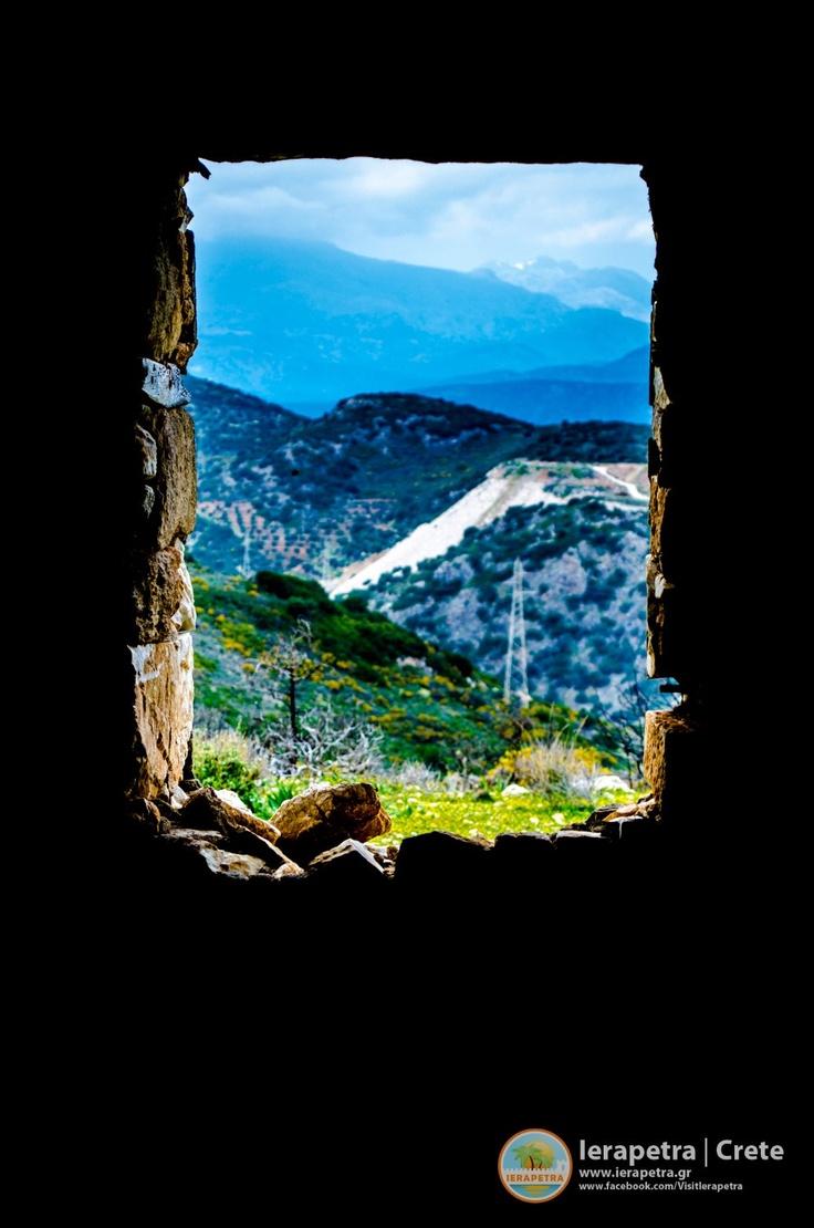 Window with a view, from an old house on the way to the Panagia Faneromeni monastery, north of Ierapetra. |  Παράθυρο με θέα στο δρόμο για το Μοναστήρι της Παναγιάς Φανερωμένης, βόρεια της Ιεράπετρας.         (CC-BY-SA)