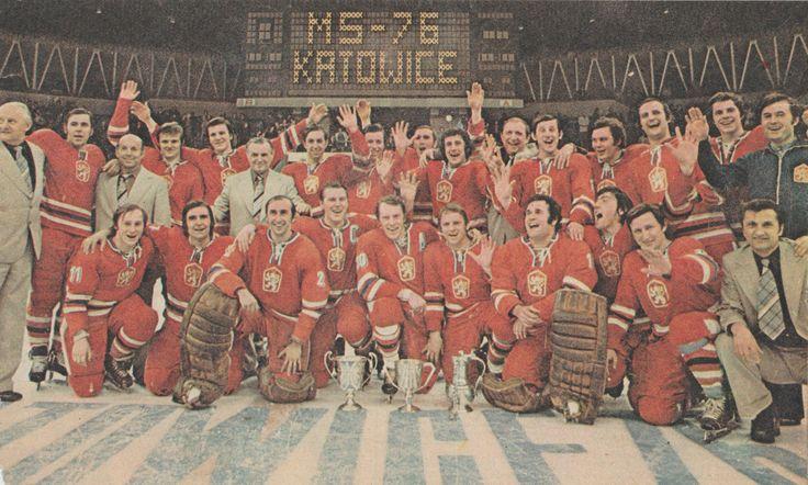 Muzstvo Ceskoslovenska Stojaci Prezident ľadoveho Hokeja Zdenek Andrst Jiri Bubla Technicky Manazer Oldrich Fairaizl Marian Stastny Eishockey Hockey Eis