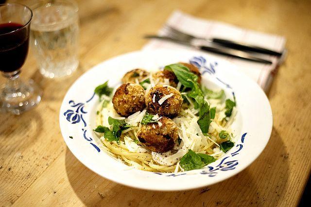 Spagetti med kikärtsbullar och massa parmesan