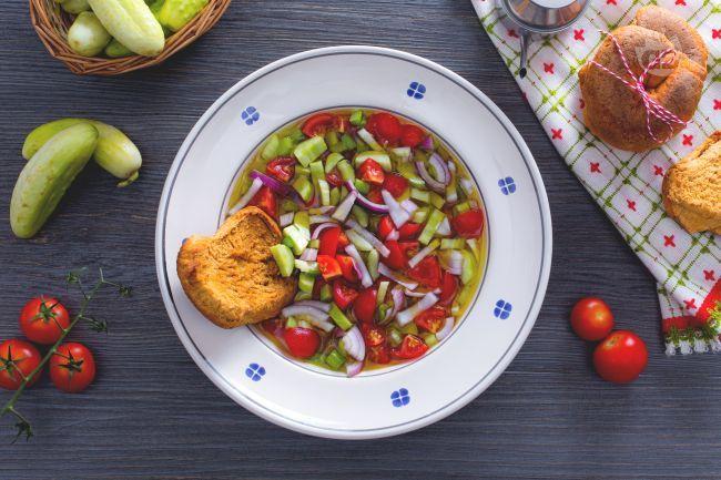 L'acquasale è un piatto povero tipico del Sud Italia, soprattutto della Puglia; si realizza con pochi ingredienti ed è perfetto per l'estate!