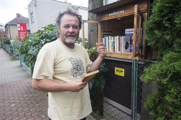 Zlíňan zřídil knihovnu na ulici, lidé tam nosí vlastní knihy http://zlin.idnes.cz/miniknihovnicka-z-projektu-little-free-library-ve-zline-pk4-/zlin-zpravy.aspx?c=A140806_2088319_zlin-zpravy_ras