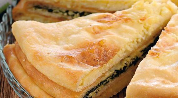 Эти тонкие, сочные, поджаристые пироги с самыми разными начинками стали популярны за пределами Кавказа совсем недавно. Раньше, чтобы попробовать их, нужно было ехать во Владикавказ или звать оттуда к себе гостей. Тамошние жители без пирогов (варенья,