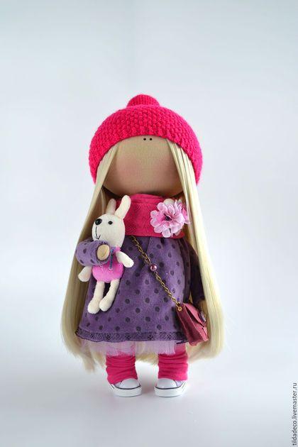 Купить или заказать Интерьерная текстильная кукла-девочка Lily в интернет-магазине на Ярмарке Мастеров. Основные цвета фиолетовый и малиновый, в ручке плюшевый заяц, сумочка из натуральной замши, густые длинные волосы. Одежда и шапка не снимаются! Куколка может стать хорошим другом для вашего ребенка или уютным украшением вашего дома, кафе или магазинчика! Пошита игрушка из качественных европейский материалов, гипоаллергенный наполнитель. Ручки на проволочном каркасе, уверенно стоит и сидит.