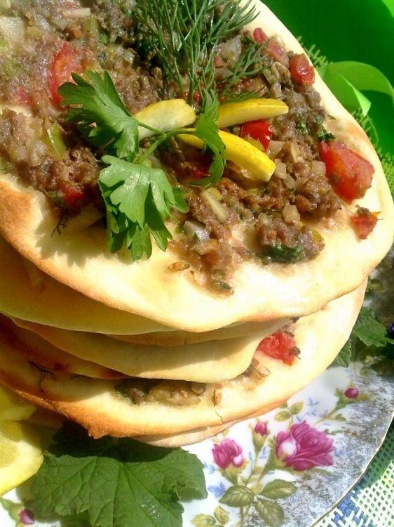 Турецкие лепешки Лахмаджун - пошаговый рецепт с фото: Лахмаджун лагмаджо - блюдо арабского происхождения, в котором хлебные лепешки прослаивают мясным фаршем с томатами... - Леди Mail.Ru