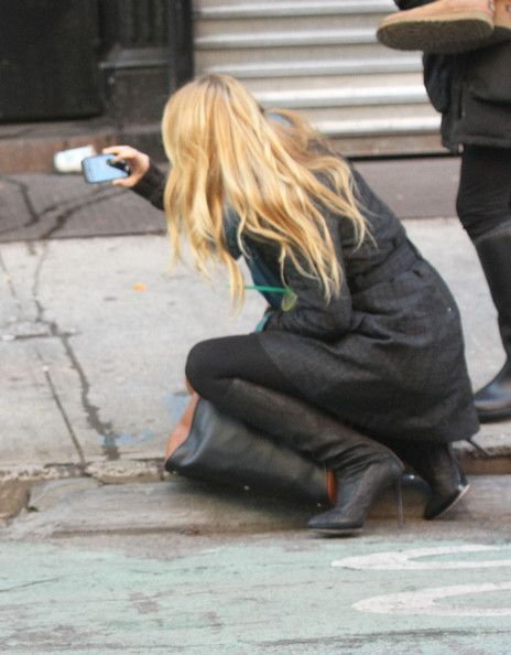 Blake Lively Photos Photos - Actress Blake Lively walks Ryan Reynolds' dog Baxter on the set of 'Gossip Girl' in New York City. While leaving her trailer she stopped to take a picture of a dog dressed up in a hoodie, shoes and a yankees hat. - Blake Lively Walking Ryan Reynolds's Dog