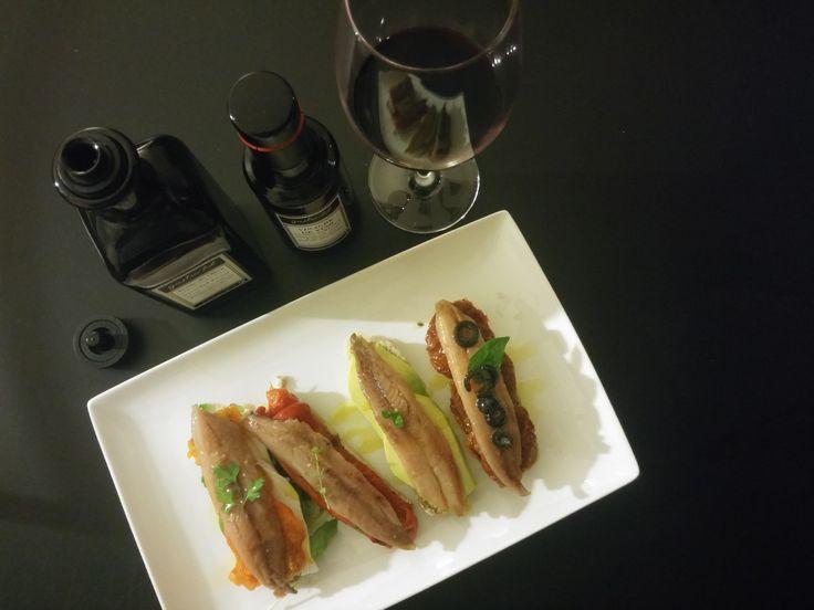 Varias tostas de aperitivo con nuestras exquisitas sardinas ahumadas del cantábrico.