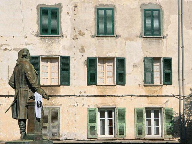 À Corte, au centre de la place du même nom se dresse la statue de Pascal Paoli. Surnommé « le père de la nation », cet homme politique corse fut à la tête du gouvernement de l'île lorsqu'elle était indépendante, au 18e. C'est à Corte que se trouve le Palazzu Naziunale, siège du pouvoir politique de l'époque. Aujourd'hui, la jeunesse voit en Pascal Paoli une figure culturelle et identitaire forte, plus importante encore que celle de Napoléon, autre grand homme de l'histoire de la Corse.