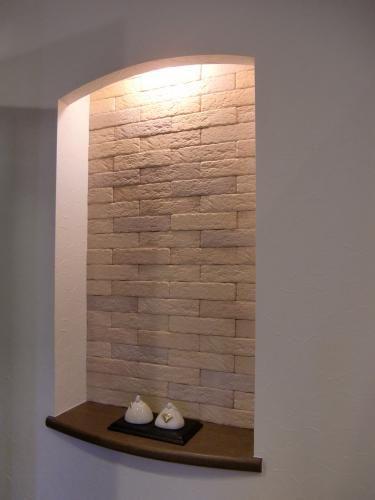 玄関ホールの壁の一部を利用して ニッチを造作 余ったエコカラットを使いました!お得ですね!