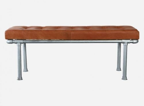Benk i brunt skinn fra House Doctor. Rammen er i galvanisert stål, og sammen med skinnet gir det et røft, industrielt preg. Mål: 120x36 cm, H46 cm Materiale: galvaniserte rør, kryssfinér, polyskum og kuskinn