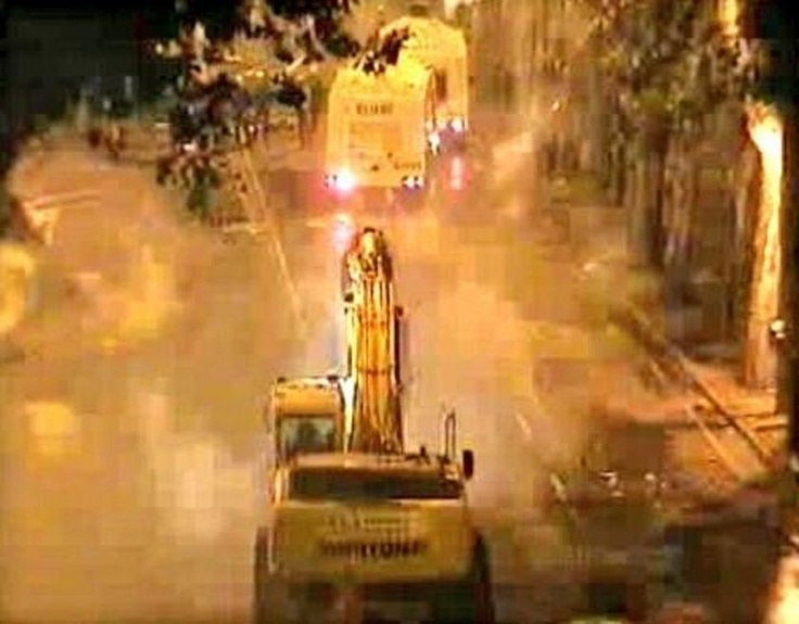 Beşiktaş'ta polisin müdahalesi sırasında Beşiktaş'ın taraftar grubu Çarşı da İnönü Stadı'ndaki bir iş makinesiyle TOMA'ların peşinden kovaladı :)))