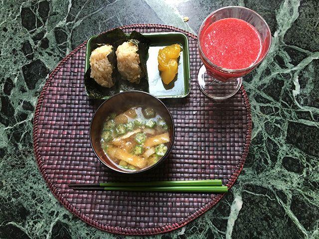 牡蠣ご飯のおにぎり、栗きんとん、味噌汁(オクラと油揚げ)