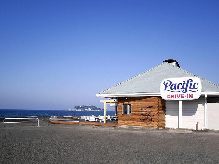 FOOD (CAFÉ)『Pacific DRIVE-IN』は駐車場370台を備える七里ヶ浜海岸駐車場の中央に位置し、134号線沿いの海側に位置するドライブインカフェです。ハワイのローカルが朝からドライブインで朝食を食べているリラックスした光景がこの七里ガ浜の絶景と大きな駐車場、湘南のサーフカルチャーが根付くこの場所とリンクして、ドライブインにぴったりだと思いプロジェクトがスタート。鎌倉・湘南・逗子のメンバーを中心にプロジェクトチームを編成。CREATIVE MEMBERProduce / Operation :TRANSIT GENERAL OFFICE / Sadahiro Nakam...