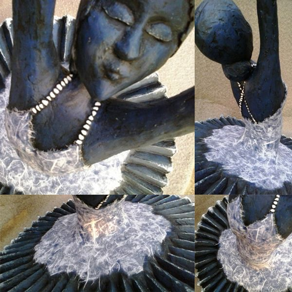 BALLARINA Tela metálica moldeada revestida con yeso, piedras gravilla en tirantes, base pintada en azul con detalles blancos, pátina de envejecido, vestido con decoupage de papel de arroz y acabado barniz mate transparente.
