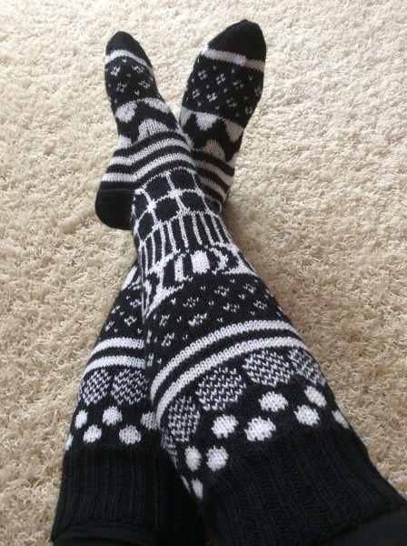 Facebookin ryhmästä Voihan villasukka bongasin sukat, joihin oli neulottu Marimekon kuoseja. Jalostin ideaa, tutkin Marimekon kangasmalleja netistä ja tein ruutupiirustuksia. Tein jopa mallitilkun,…