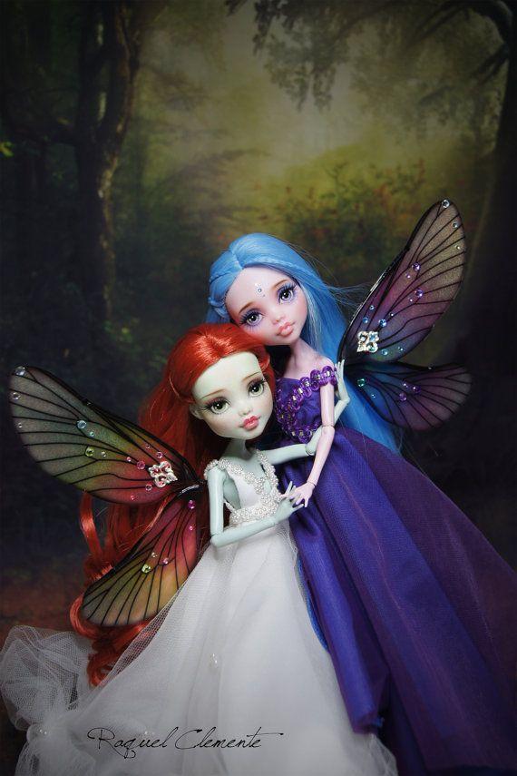 Cette annonce est pour un custom complet / repeint Draculaura poupée, « Evangeline » la fée bleu/violet. Poupée de Frankie « Melissa », nest pas inclus.  Le prix de la poupée est plus élevé en raison de toutes les heures de travail quil y a derrière, en plus jai utilisé des matériaux. Je fournis des photos de haute qualité pour vous peuvent voir même les moindres détails dans le maquillage et les robes. Vous pouvez agrandir limage tous souhaitée. Sil vous plaît, examiner les travaux de la…