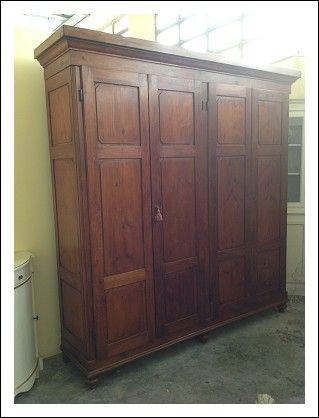 Splendido armadio toscano quattro porte in abete massello, due ampi cassetti e mensole all'interno, piedi a cipolla, epoca fine '800. In buonissime condizioni di conservazione.