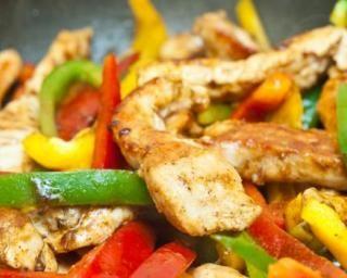 Poêlée minceur de poulet au curcuma et trois poivrons : http://www.fourchette-et-bikini.fr/recettes/recettes-minceur/poelee-minceur-de-poulet-au-curcuma-et-trois-poivrons.html
