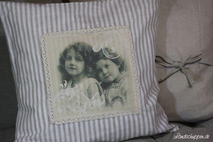 Nostalgischer Dekokissenbezug 40cm x 40cm von Clayre & Eef mit vintage Mädchen-Aufdruck und Spitze. Die Rückseite ist einfarbig beige und besitzt Bänder zum verknoten und schließen der Kissenhülle. Material: Baumwolle und Leinen.