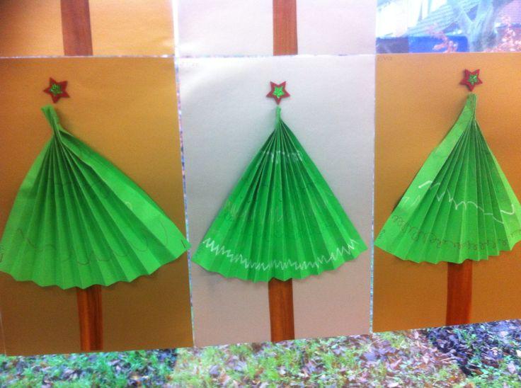 Schrijfpatronen op groen a4 papier en dan hiervan een waaier vouwen.
