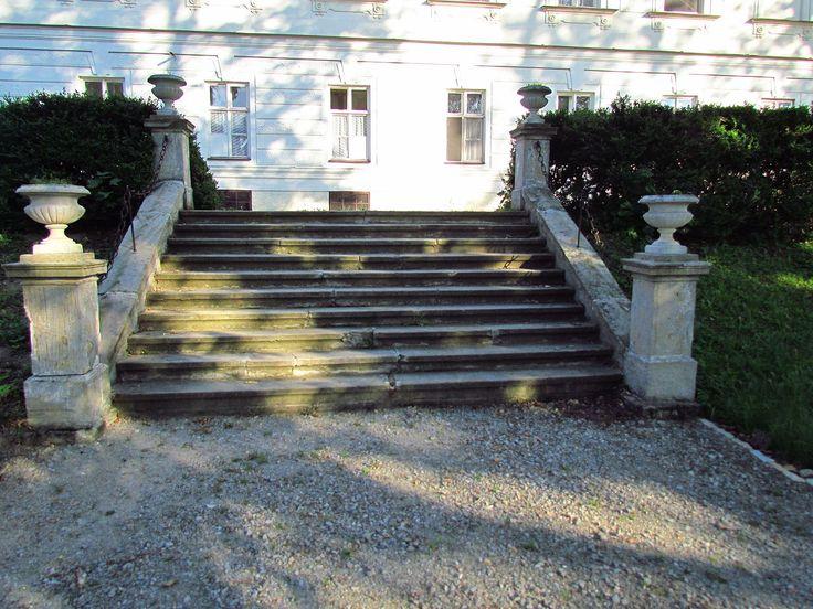 File:Garden stairs of Chateau in Tavíkovice, Znojmo District.JPG