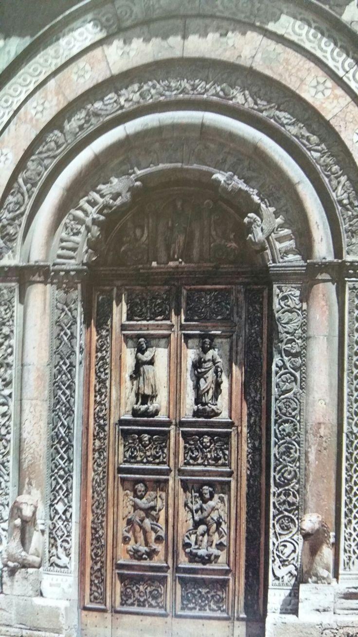 FOLIGNO (Umbria) Porta laterale del Duomo