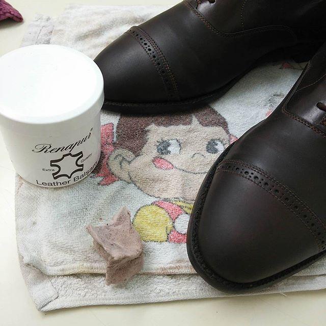 2016/08/29 11:36:36 takei0201 #靴バカ#靴磨き#オールデン#ラナパー#shoes#Alden 脱皮が完了。  今回は写真の個所だけなので 職場の休憩室でこそこそ頑張ってます🔧🔨➡ドイツ製の[ラナパー・レザートリートメント]をうっすら塗った後は、お楽しみの靴磨きタイムですが ペコちゃんのタオルが哀愁を誘いますね😁